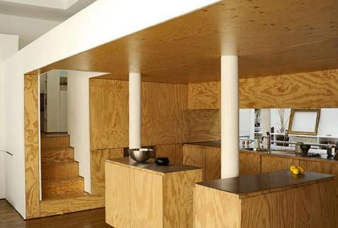 Фанерные стены, мебель, потолок, пол, ступеньки лестницы